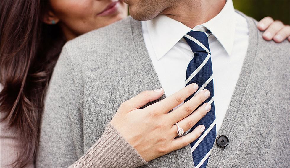 Женщин апровожает мужчину на деловую встречу