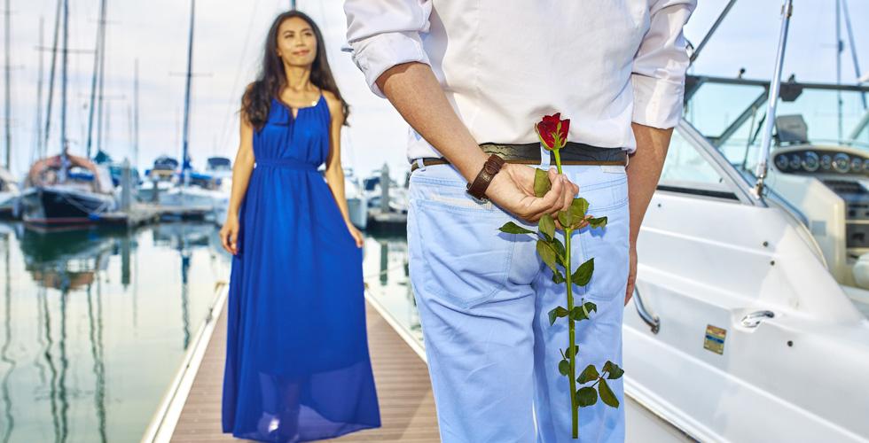 Мужчина дарит женщине розу