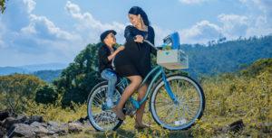 женщина и мальчик на велосипеде