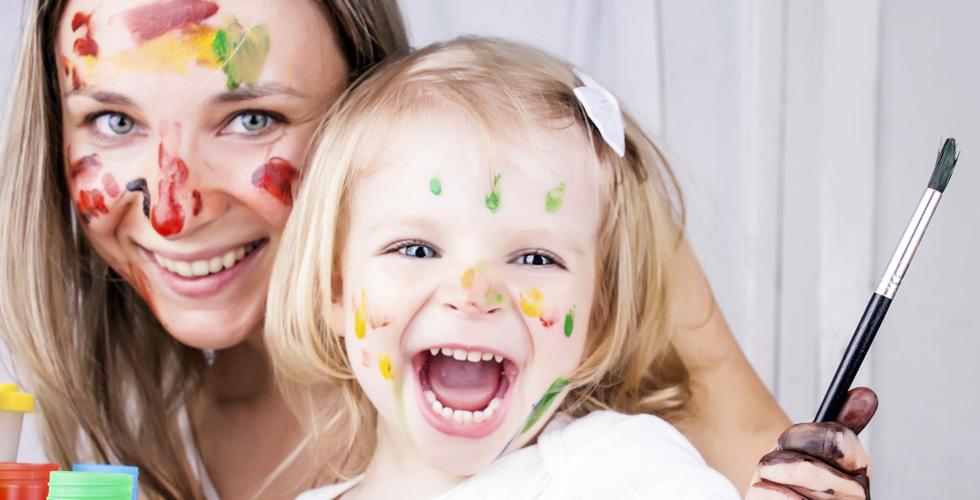 Мама с ребенком разукрашены красками