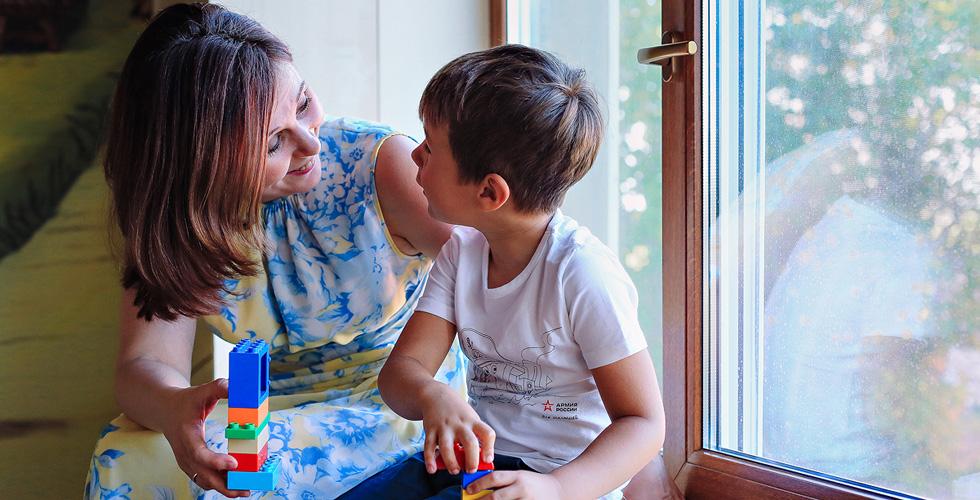 Яна Катаева с сыном и лего