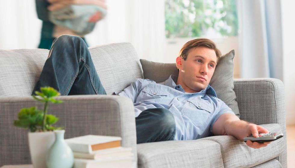муж лежит на диване