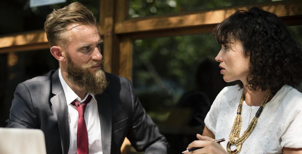 мужчина и женщина разговаривают в кафе
