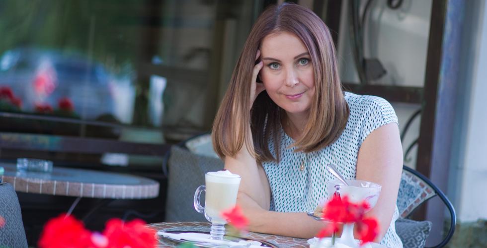 Яна Катаева смотрит на вас