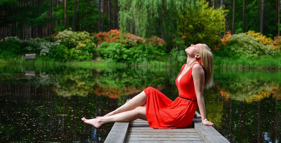 Девушка в красном платье на берегу пруда