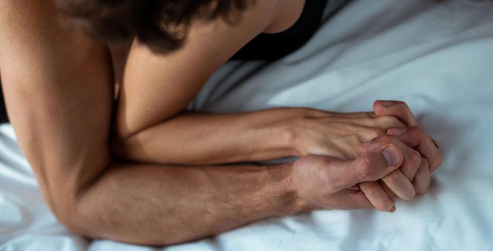 Руки мужчины и женщины сцепились