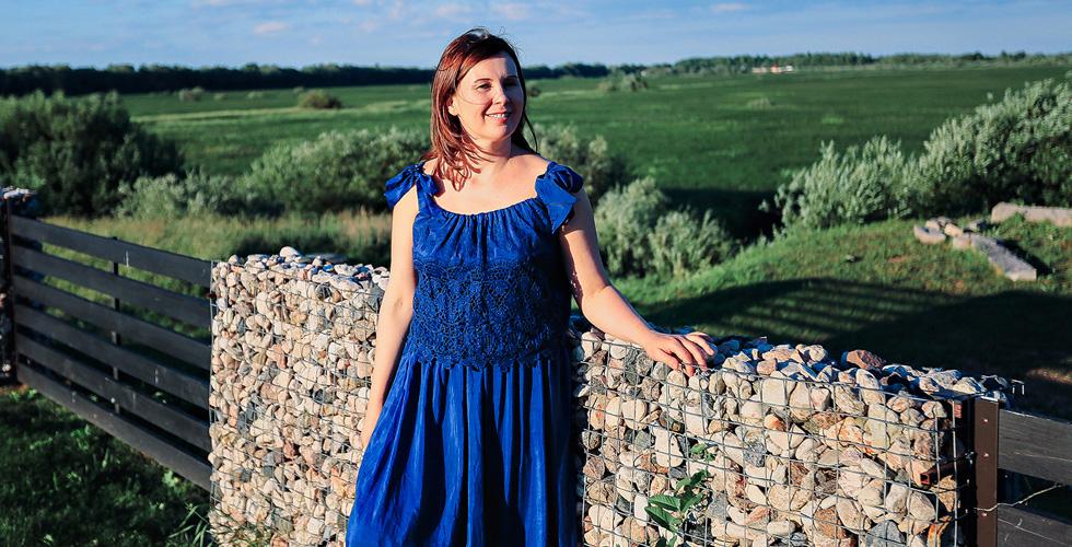 Яна Катаева у каменной ограды