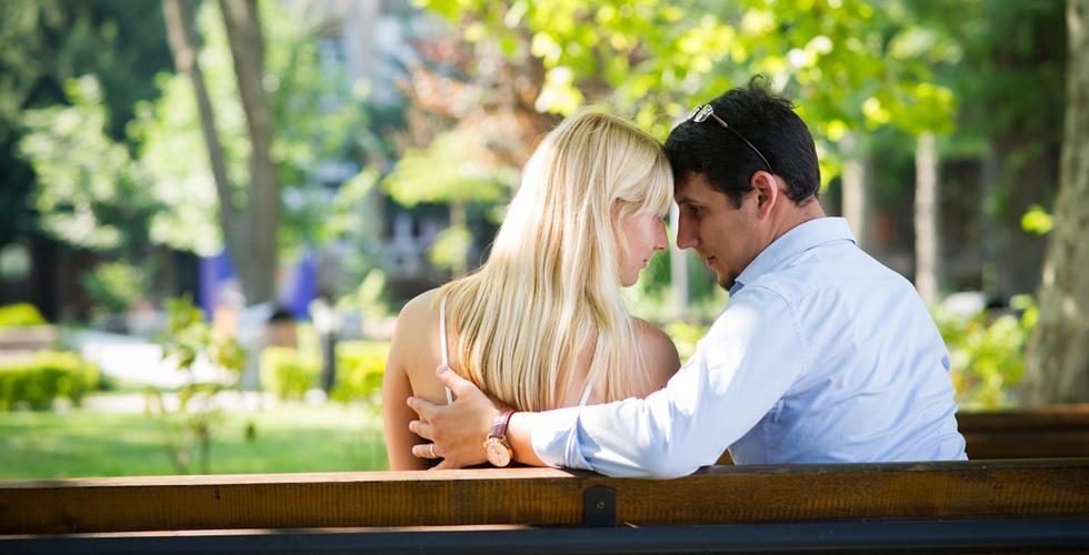 Мужчина и женщина вдвоем на скамейке