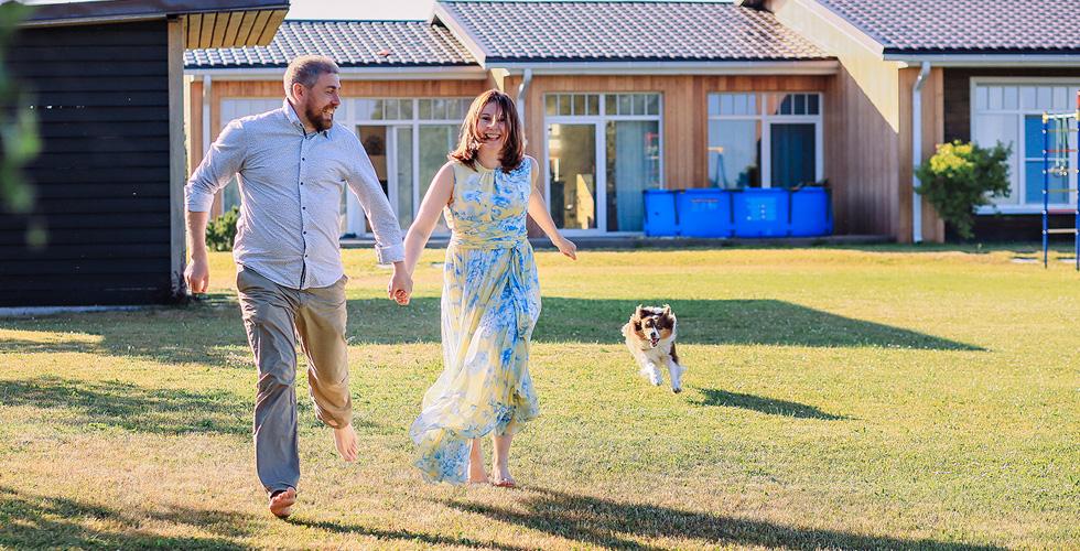 Яна Катаева с мужем бегут по траве