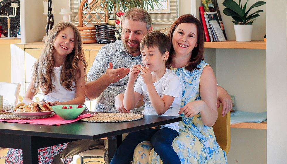 Яна Катаева с мужем и детьми на кухне