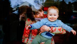 бабушка держит внука на руках
