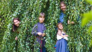 Яна Катаева с мужем и детьми в кустах