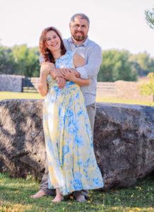 Яна Катаева с мужем летом на траве
