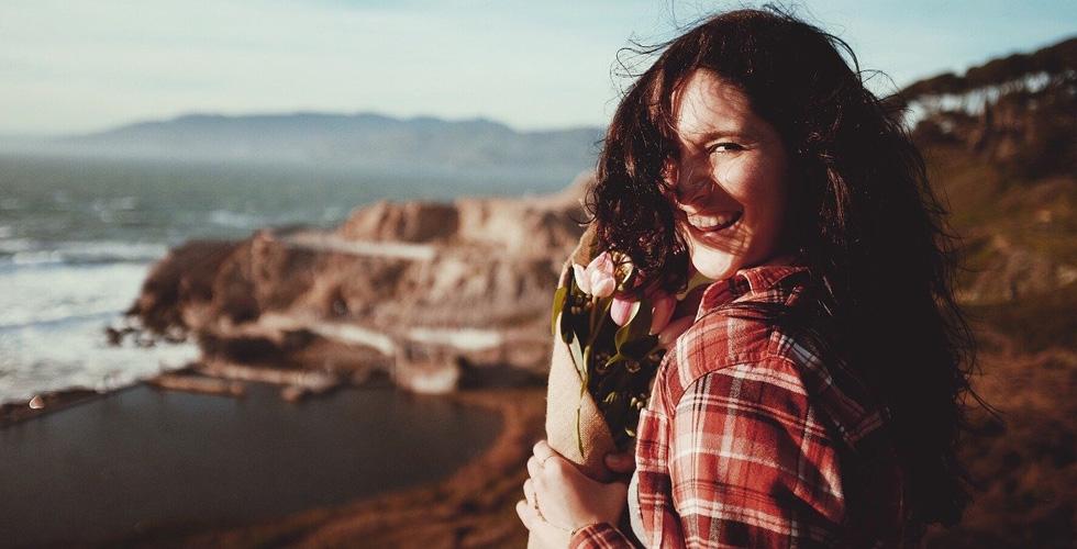 девушка с цветами радуется