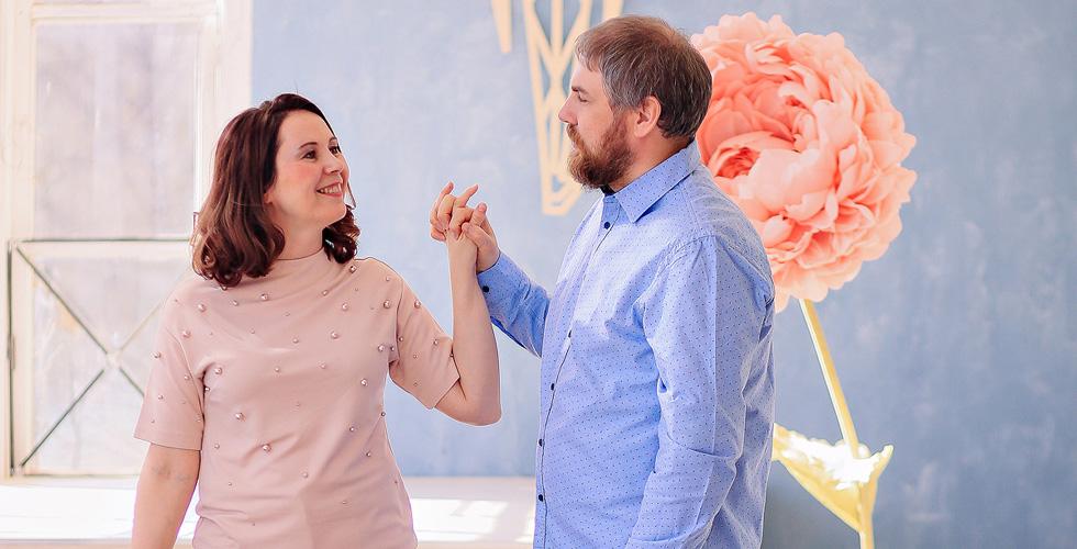 Яна Катаева с мужем держатся за руки