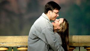 муж и жена обнимаются