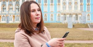 Яна Катаева на фоне дворца в Петергофе
