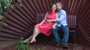 яна катаева с мужем сидят на скамье