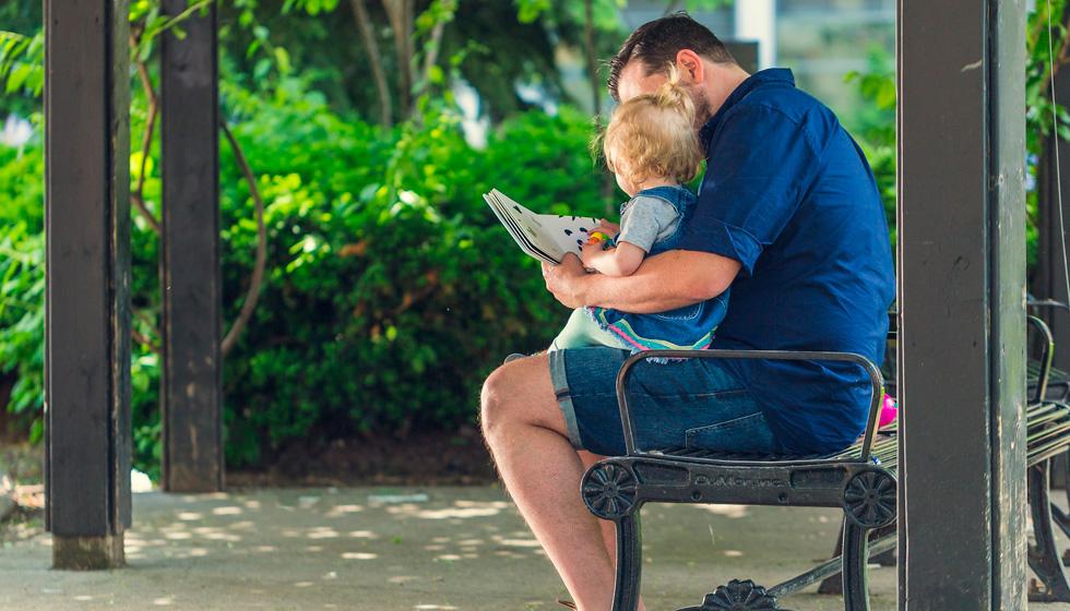 папа читает книжку малышу