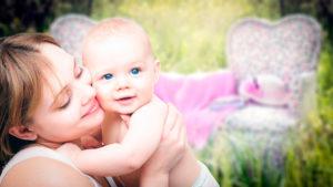 мама держит младенца на руках