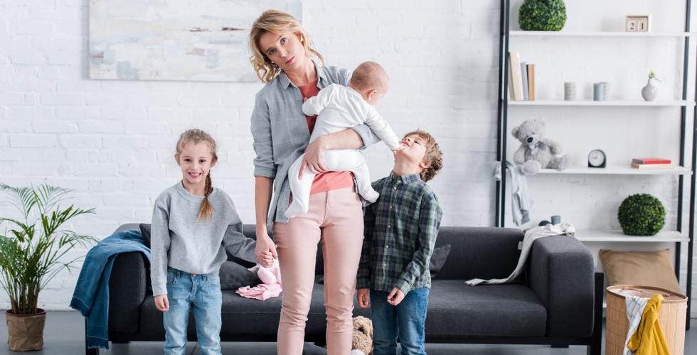 Мама с тремя детьми готовы встречать папу из командировки
