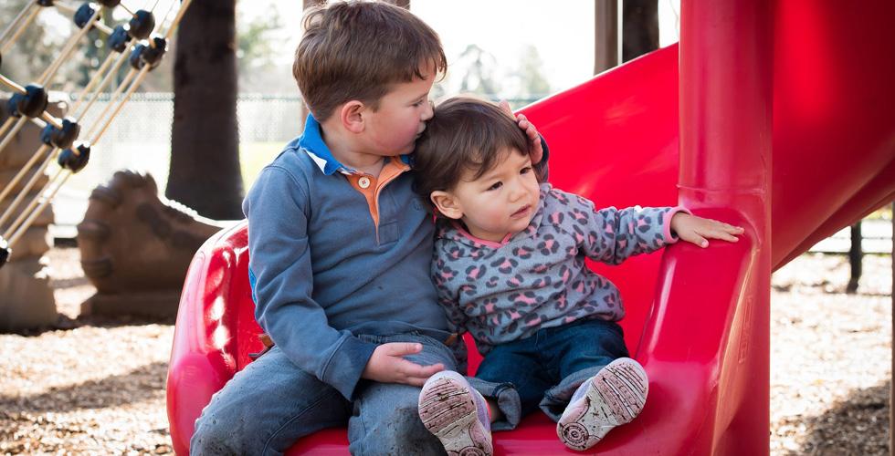 Малыши мальчишки на детской горке