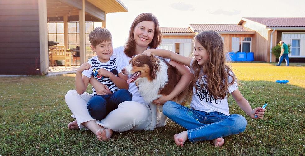 Яна Катаева с детьми и собакой