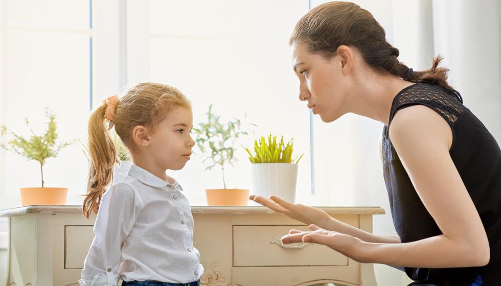 мама выговаривает дочери