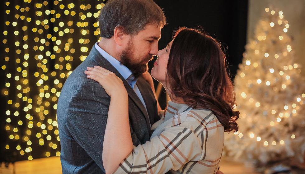 Яна Катаева с мужем обнимаются