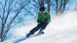 мальчик катится с горы на лыжах