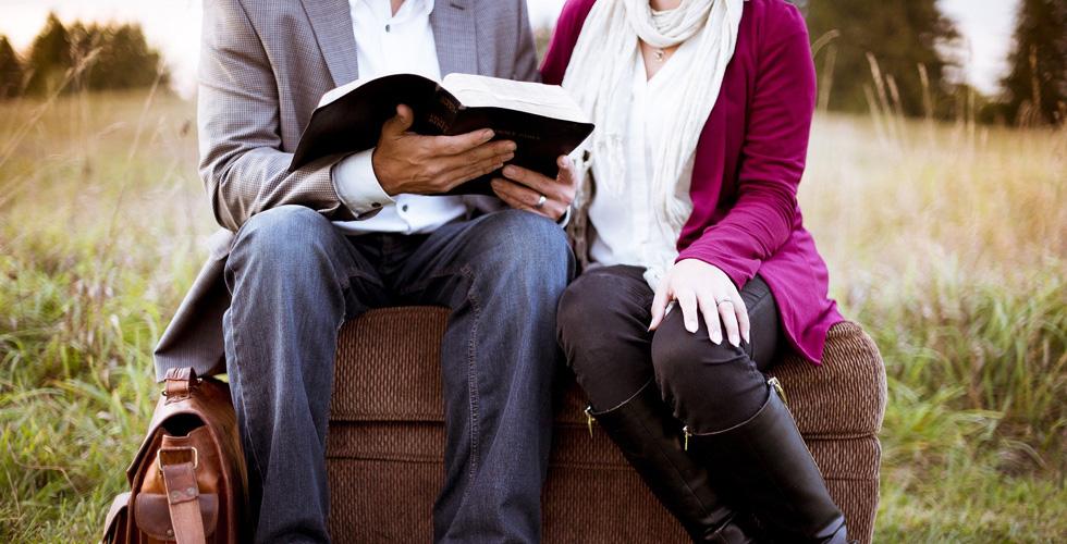 мужчина и женщина читают книгу
