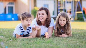 Яна Катаева с детьми на траве