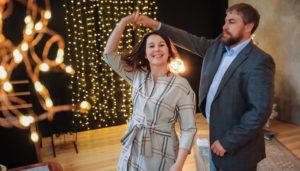 Яна Катаева с мужем танцуют