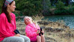 мама и дочка на берегу улыбаются