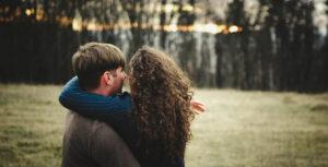 Мужчина и женщина на опушке леса