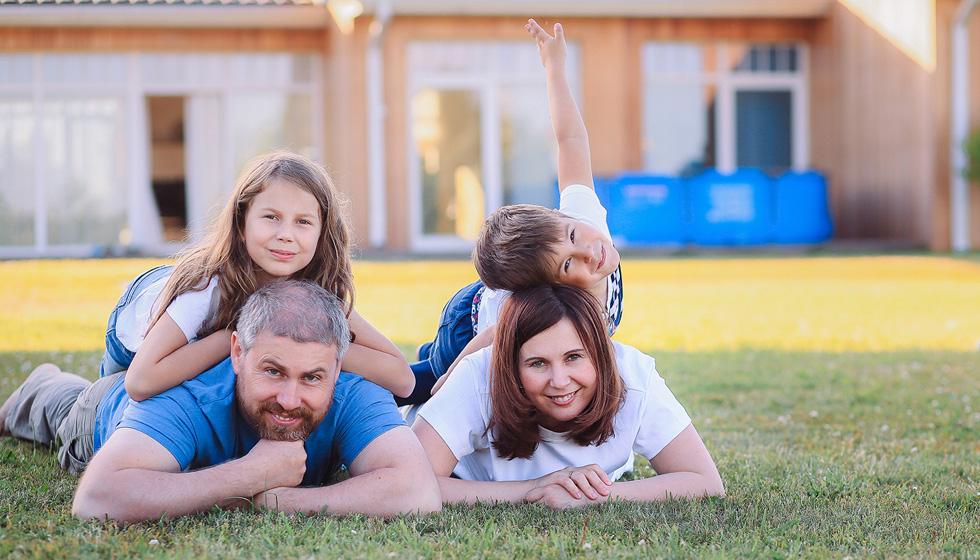 Яна-Катаева-с-мужем-и-детьми-на-траве.jpg