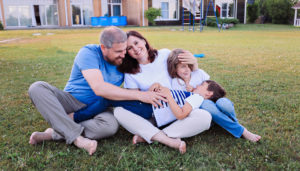 Яна Катаева с мужем и детьми на траве