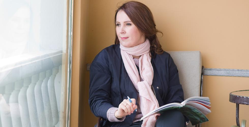 Яна Катаева сидит с блокнотом