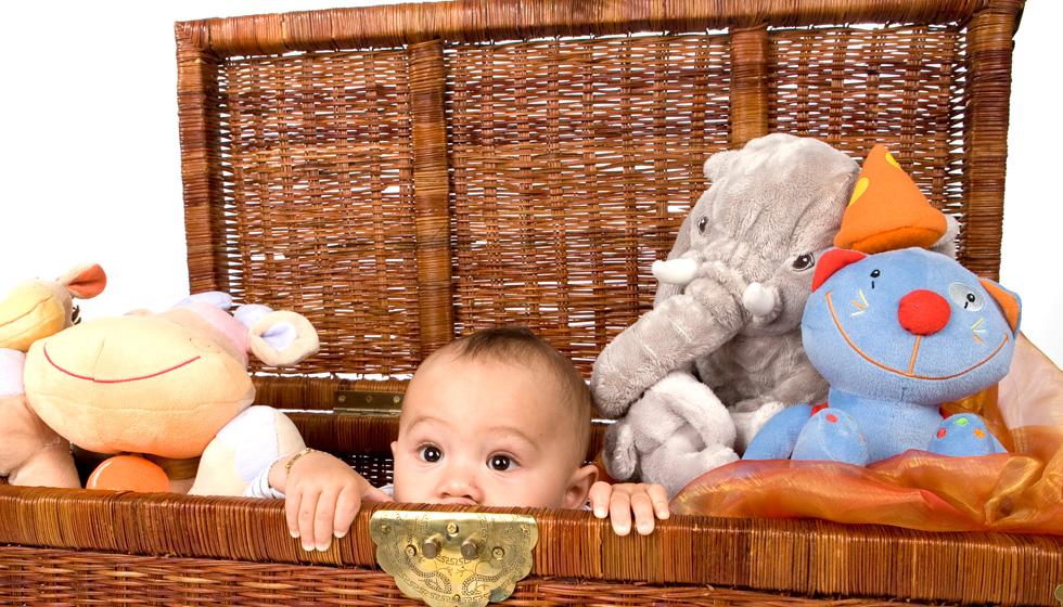 ребенок в корзине с игрушками