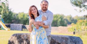 Яна Катаева с мужем улыбаются