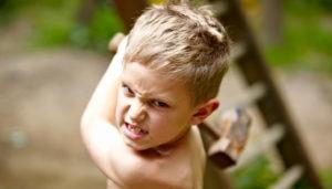 мальчик замахивается молотком