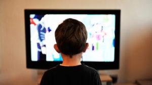 ребенок у телевизора
