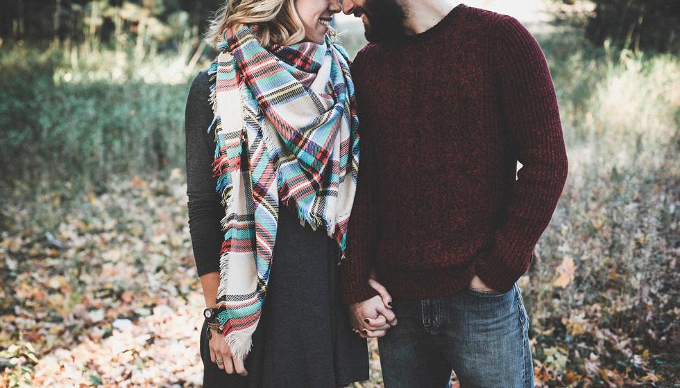 Мужчина и женщина идут вместе за руку