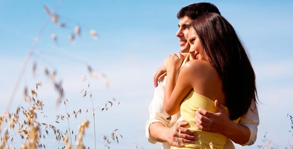 Парень и девушка обнялись