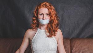 женщина с закрытым ртом