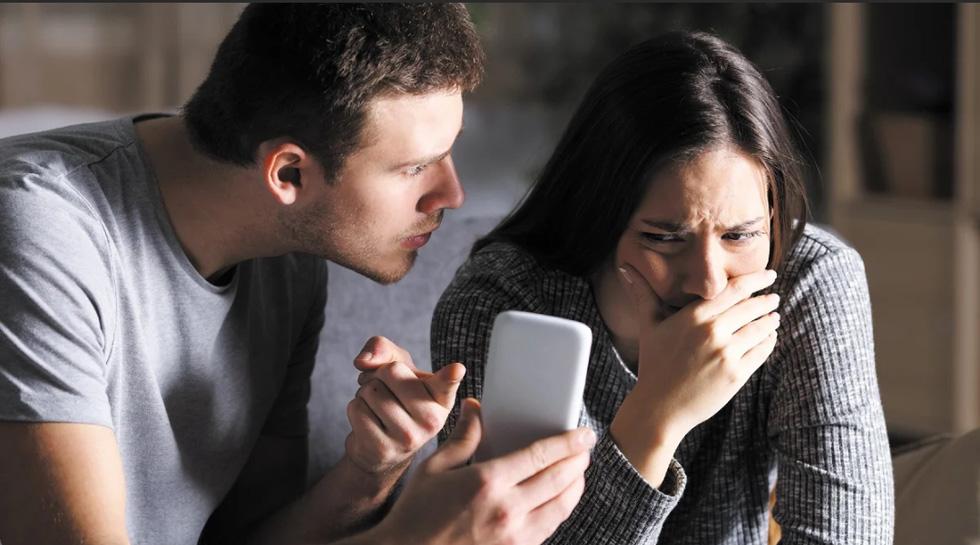 Мужчина сердится, женщина плачет