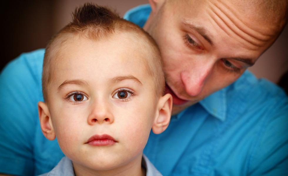 Мальчик с отцом, лицо крупным планом