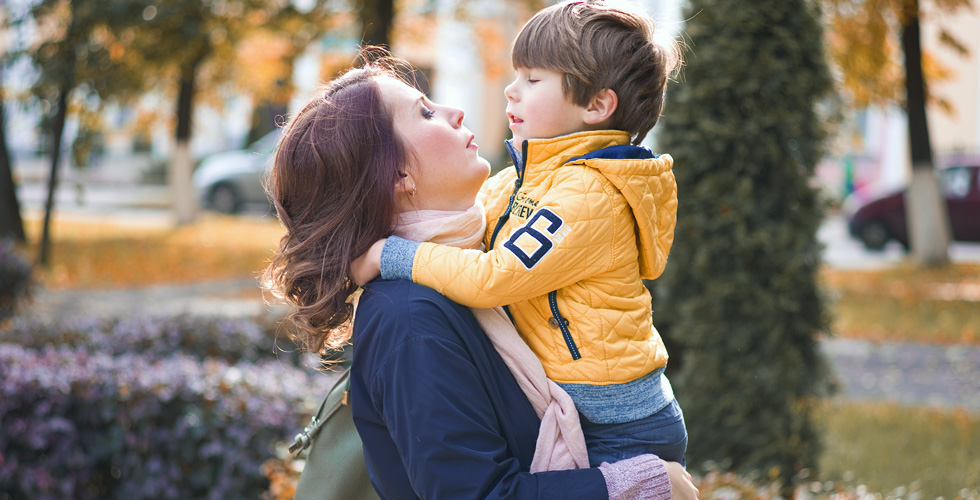 Яна Катаева с сыном на руках