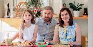 Яна Катаева с мужем и дочерью за столом