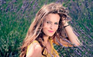 Девушка в поле в траве